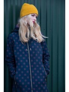 Danefae-jane-softshell-regenjas-dark-night-grey-plum-dots-model