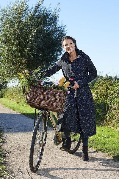 lange dames regenjas model met fiets